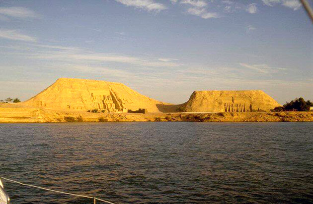 http://www.monami-travel.com/images/stories/gallery/aswan/Abu Simbel temples.jpg